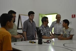 """Os secretários Fabiano dos Santos (Secult) e Inácio Arruda (Secitece) acompanham a primeira aula do curso """"Robótica para Crianças""""."""